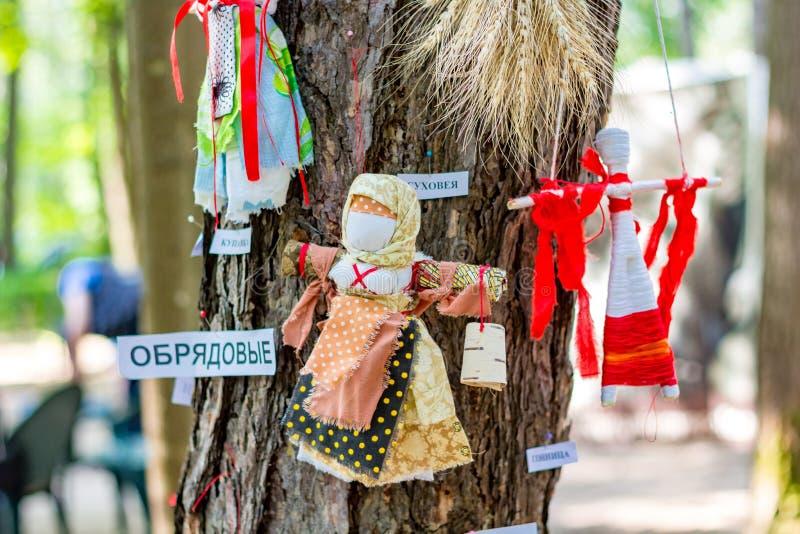 OBNINSK, RUSIA - JULIO DE 2016: Festival-justo para el día de la ciudad Muñecas rituales rusas imagenes de archivo