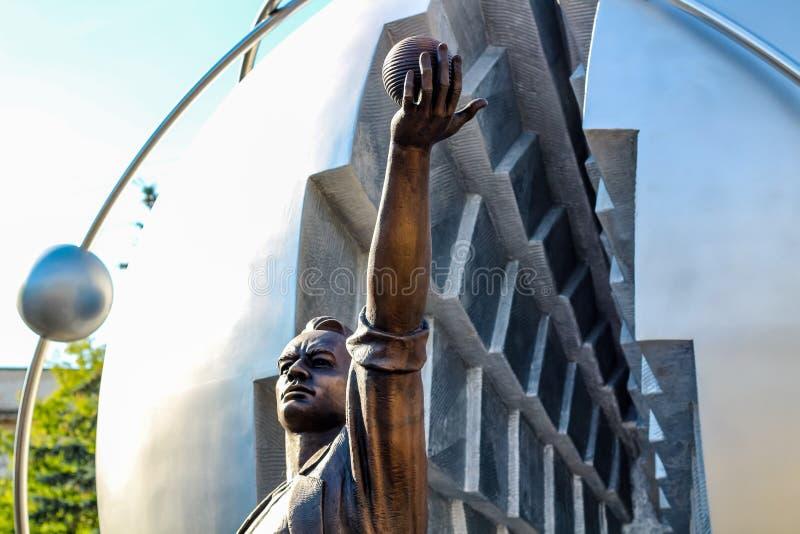 Obninsk, Rusia - julio de 2016: Monumento a los pioneros de la energía nuclear fotos de archivo libres de regalías