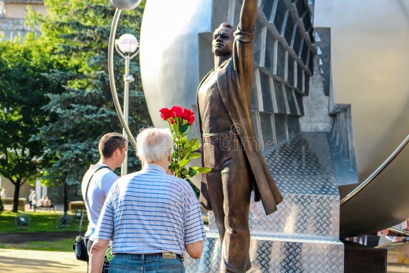 Obninsk, Rusia - julio de 2016: Monumento a los pioneros de la energía nuclear imagenes de archivo
