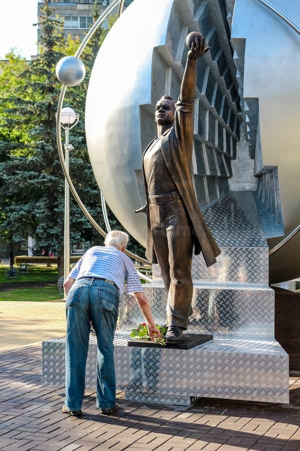 Obninsk, Rusia - julio de 2016: Monumento a los pioneros de la energía nuclear fotografía de archivo