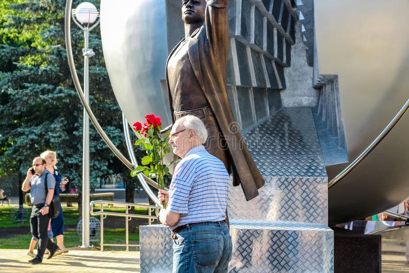 Obninsk, Rusia - julio de 2016: Monumento a los pioneros de la energía nuclear imagen de archivo libre de regalías