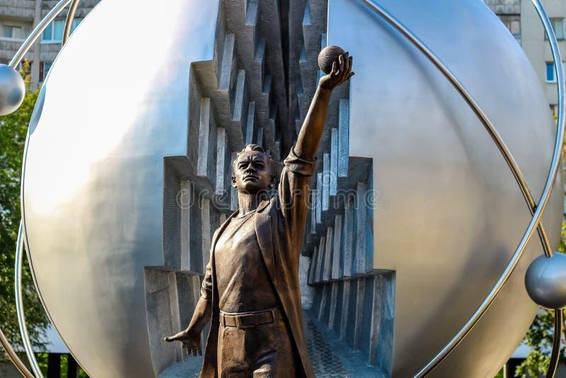 Obninsk, Rusia - julio de 2016: Monumento a los pioneros de la energía nuclear en Obninsk fotografía de archivo