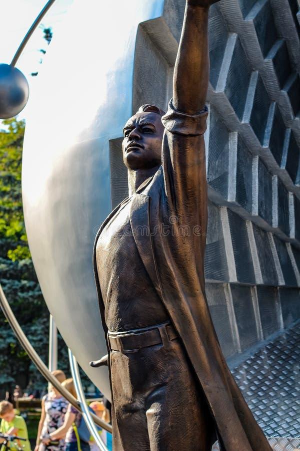Obninsk, Rusia - julio de 2016: Monumento a los pioneros de la energía nuclear en Obninsk imagenes de archivo