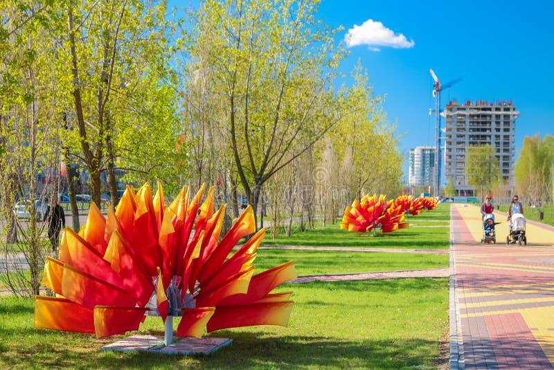 Obninsk, Rusia - mayo de 2016: Callejón brillantemente flanqueado imagen de archivo