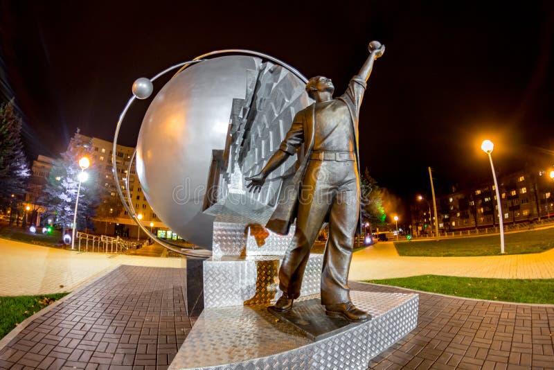 OBNINSK, RUSIA - OCTUBRE DE 2016: Monumento a los pioneros de la energía nuclear foto de archivo