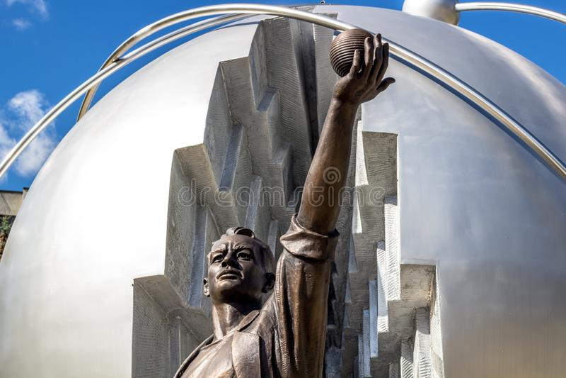 Obninsk, Rusia - septiembre de 2016: Monumento a los pioneros de la energía nuclear foto de archivo