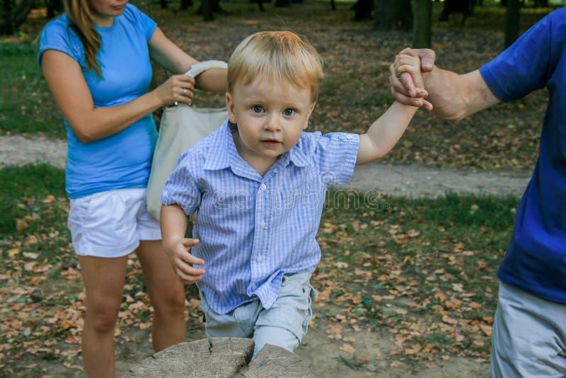 2010 08 15, Obninsk, Rusland Weinig jongen die en door de speelplaats in het park loopt springt royalty-vrije stock foto's