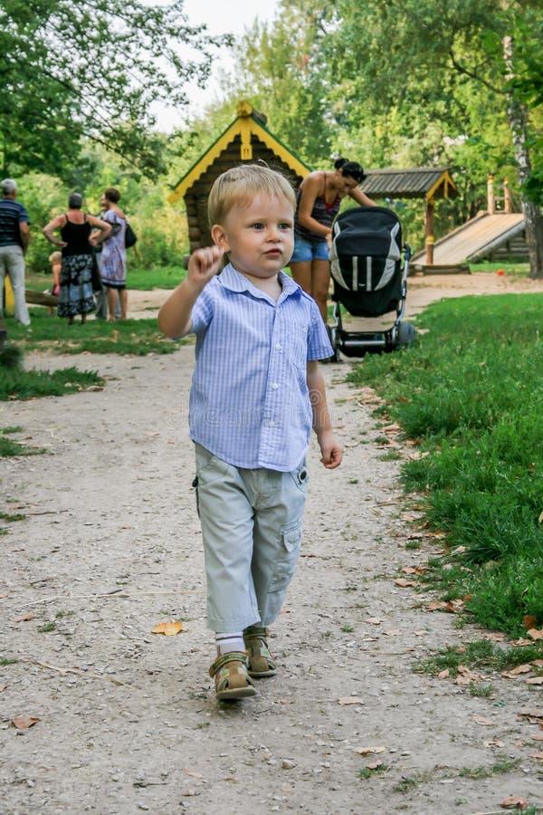 2010 08 15, Obninsk, Rusland Weinig jongen die en door de speelplaats in het park lopen springen stock afbeelding