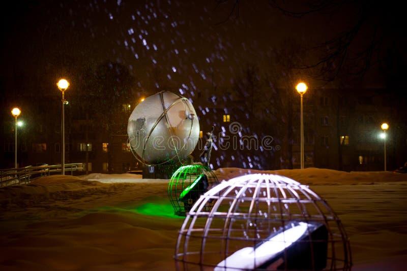 OBNINSK, RUSSIE - DÉCEMBRE 2018 : Neige en baisse au-dessus d'un projecteur blanc sur une rue la nuit photographie stock