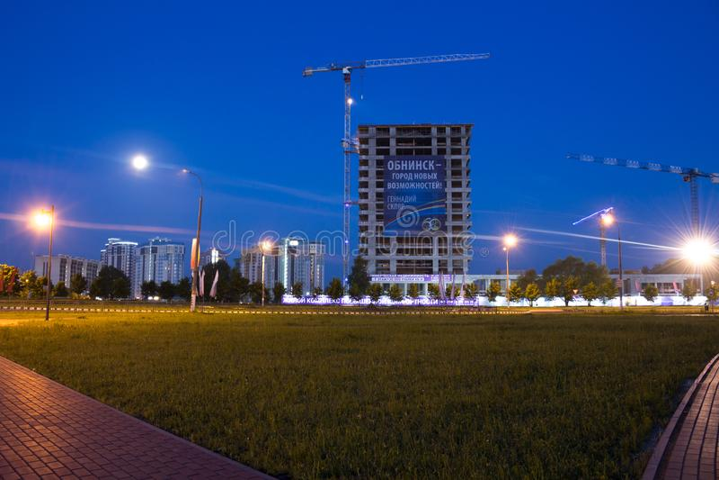 OBNINSK, RUSSIE - JUIN 2016 : Paysage urbain la nuit images stock