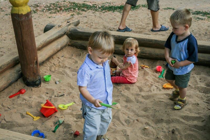 2010 08 15, Obninsk, Russland Gruppe Kinder, die auf dem Sandspielplatz spielen lizenzfreie stockfotos
