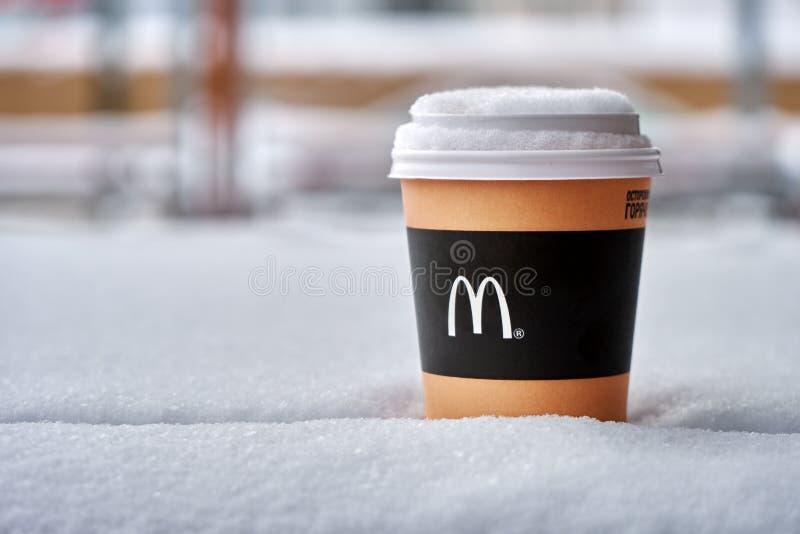 Obninsk, Russland - Januar 4,2019 Mcdonald-Papiertasse kaffee, der auf dem Tisch mit Schnee bedeckt steht stockfotografie