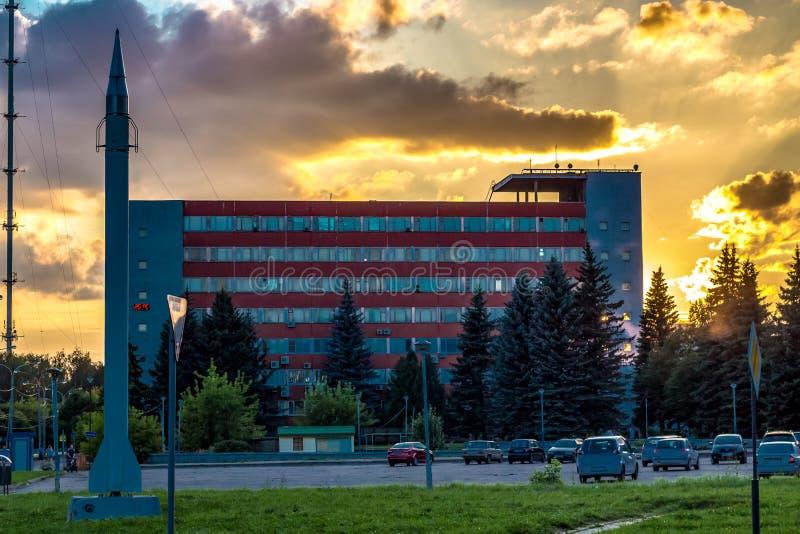 Obninsk, Russland - März 2016: Sonnenuntergang in der Stadt von Obninsk auf Fedorov-Quadrat stockfoto