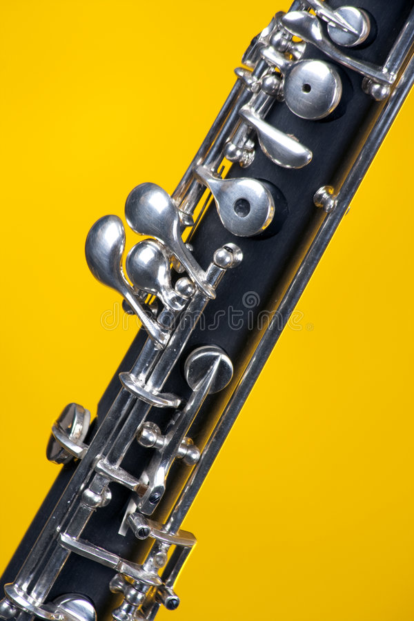 Oboe in su si chiude sul colore giallo fotografia stock