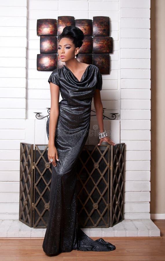 Obok kominka moda model zdjęcia stock