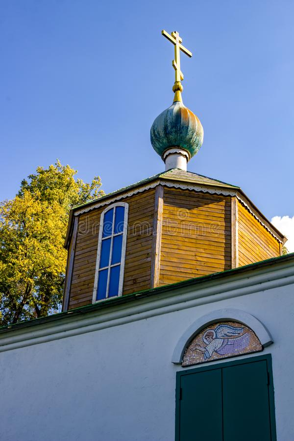 Obolenskoe, Russia - agosto 2018: La vecchia tomba con la tomba di Anisii Pushkina nel 1913 vicino alla chiesa ortodossa nel vill fotografia stock libera da diritti