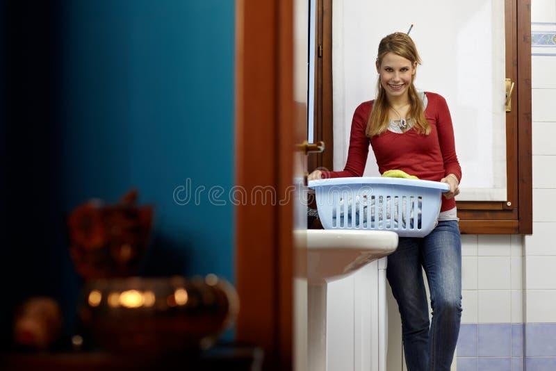 obowiązki domowe robią maszynowej płuczkowej kobiety zdjęcie royalty free