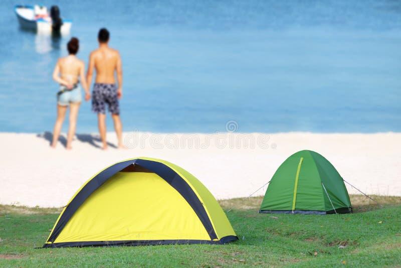 Obozować na plaży z rozmytej pary relaksującym tłem fotografia stock