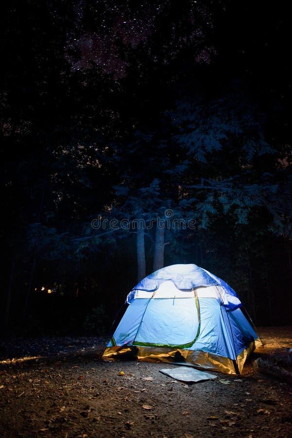 Obozować pod nocnym niebem zdjęcie royalty free