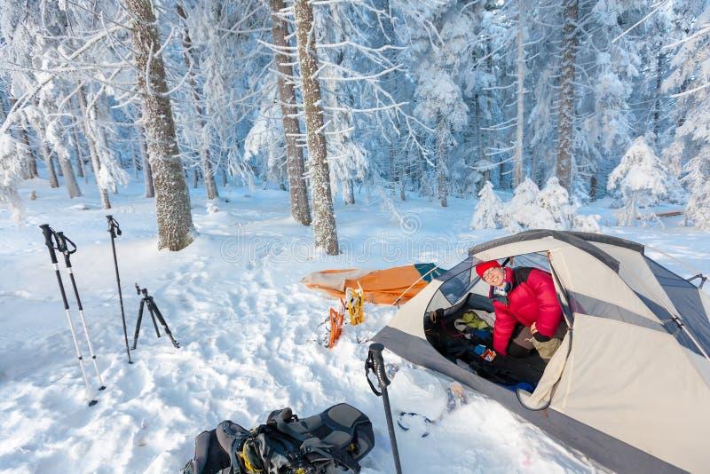 Obozować podczas zimy wycieczkuje w Karpackich górach zdjęcia stock