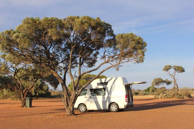 Obozowicza samochód dostawczy przy campingiem w odludziu, Australia fotografia royalty free