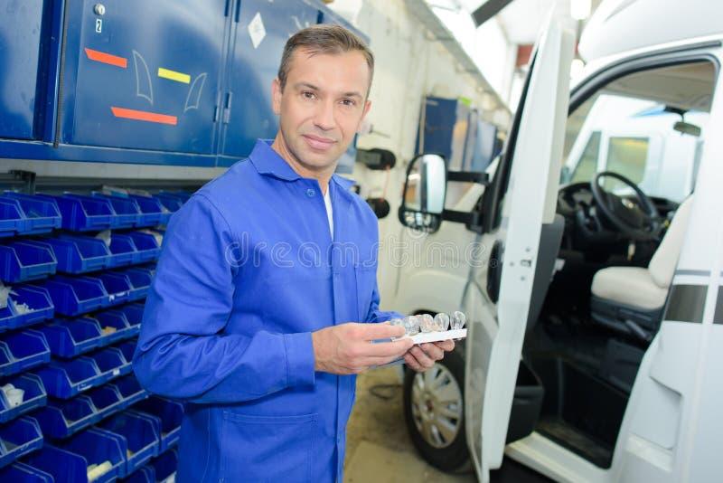 Obozowicza samochodu dostawczego mechanik w garażu fotografia stock