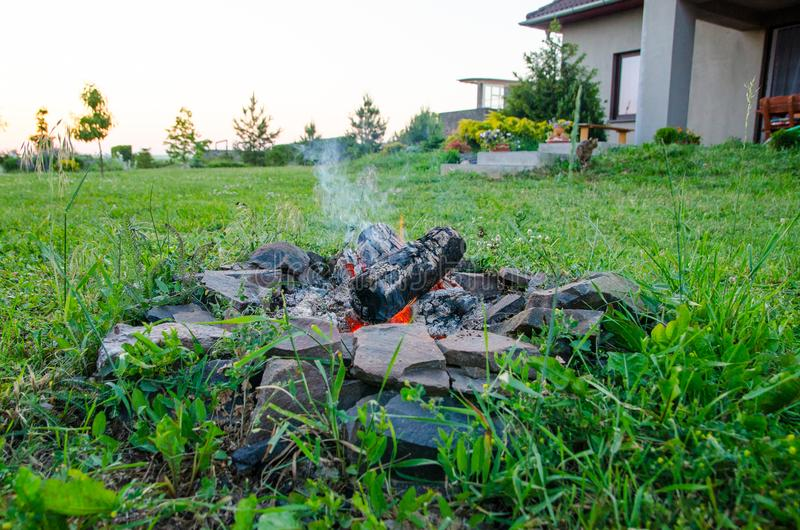 Obozowy ogień domem obraz stock
