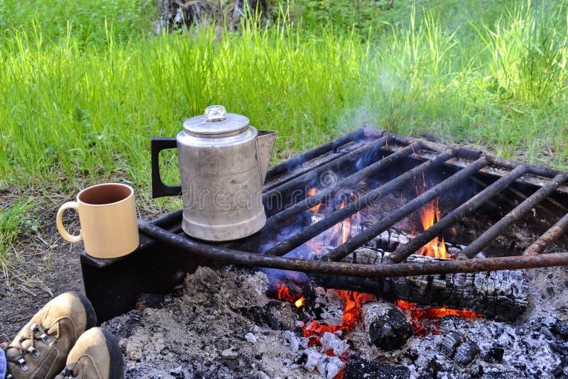 Obozowy ogień i kawa fotografia royalty free