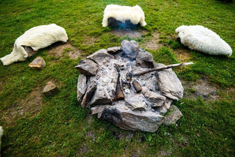 Obozowy ogień robić kamienia pierścionek kłaść out w okręgu, tradycyjny, autentyczny, zdjęcie royalty free