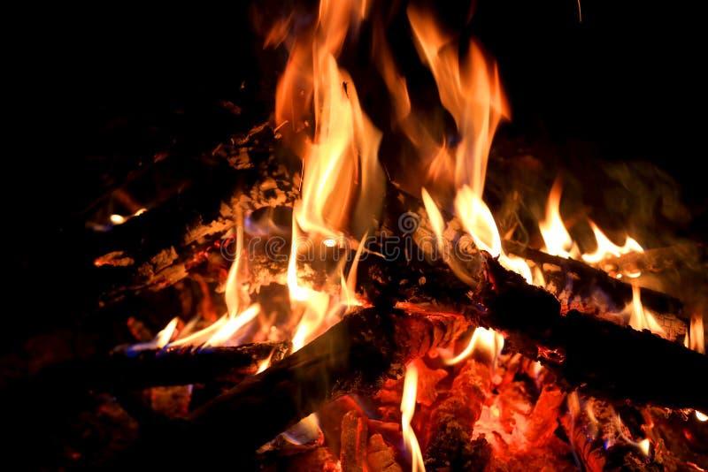 Obozowy ogień w zmroku zdjęcia royalty free