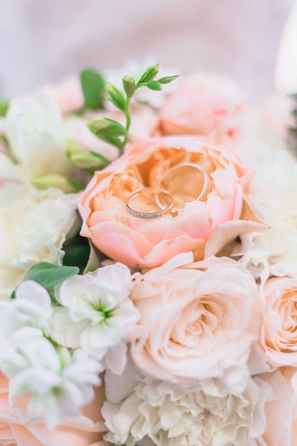 Obrączki ślubnej zbliżenie na bukiecie panna młoda zdjęcia royalty free