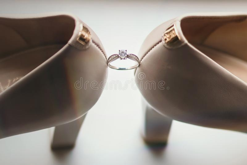 Obrączka ślubna między panna młoda butami obraz royalty free