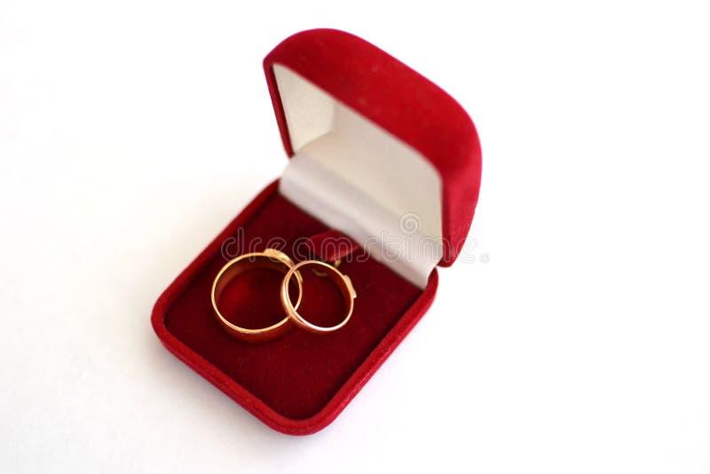 Obrączka ślubna w czerwonym prezenta pudełku z białym tłem fotografia stock