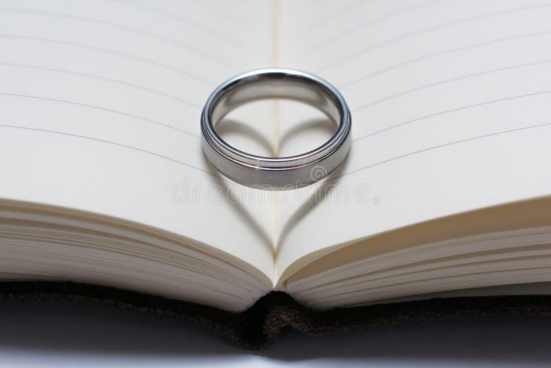Obrączka Ślubna zespół na Książkowym kręgosłupie z Kierowym cieniem fotografia stock