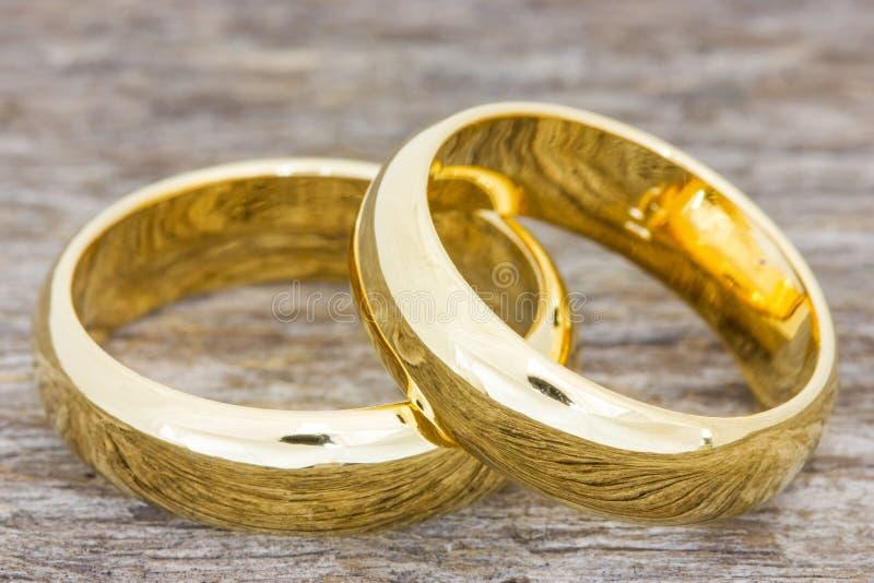 Obrączki ślubne na drewnianej podłoga