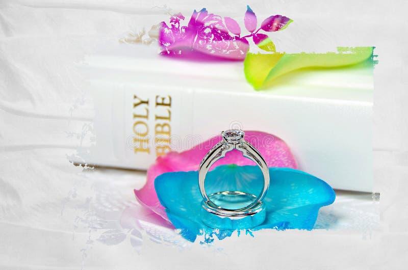 Obrączki ślubne na różanym płatku z maski ramą obraz royalty free