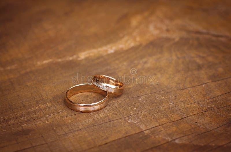 Obrączki ślubne na stole, odgórny widok obrazy royalty free
