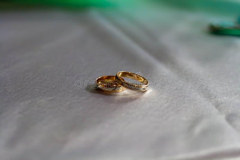 Obrączki ślubne w białym i żółtym złocie zdjęcie royalty free