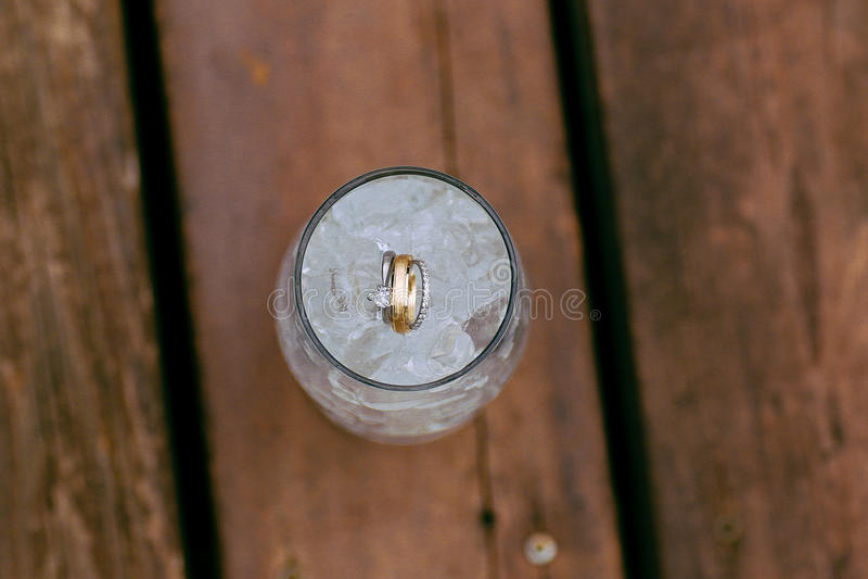 Obrączki ślubne w lodowej wodzie zdjęcia royalty free