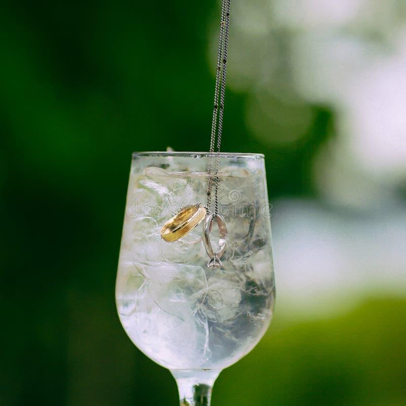 Obrączki ślubne w lodowej wodzie fotografia royalty free