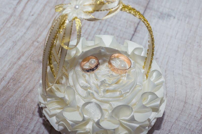 Obrączki ślubne w pięknym koszu obrazy royalty free
