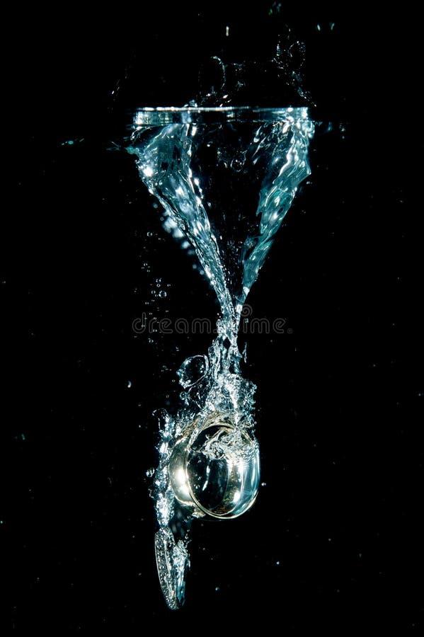 Obrączki ślubne w wodzie zdjęcia stock