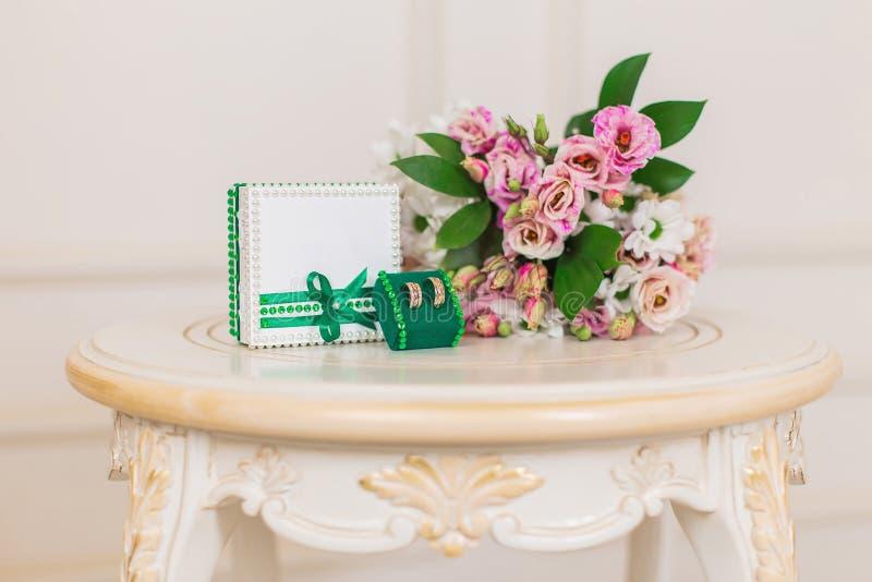 Obrączki ślubne z pudełkiem i kwiatami fotografia royalty free