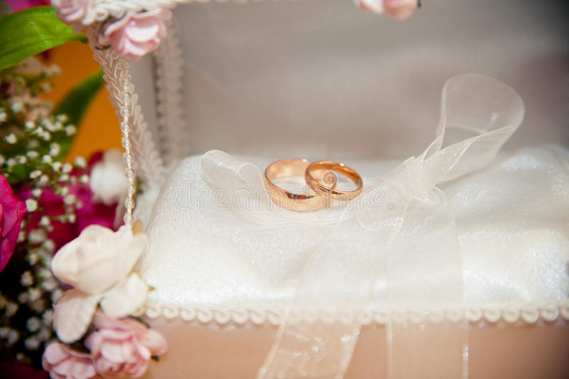 Obrączki ślubnej kłamstwo w bridal bagażniku zdjęcia stock