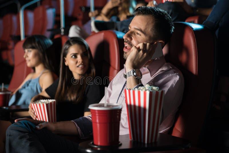 Obraźliwy mężczyzna w kinie obraz stock