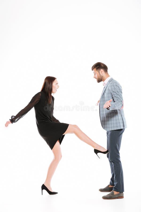 Obrażająca młoda kochająca para przysięga odosobnionego zdjęcie stock