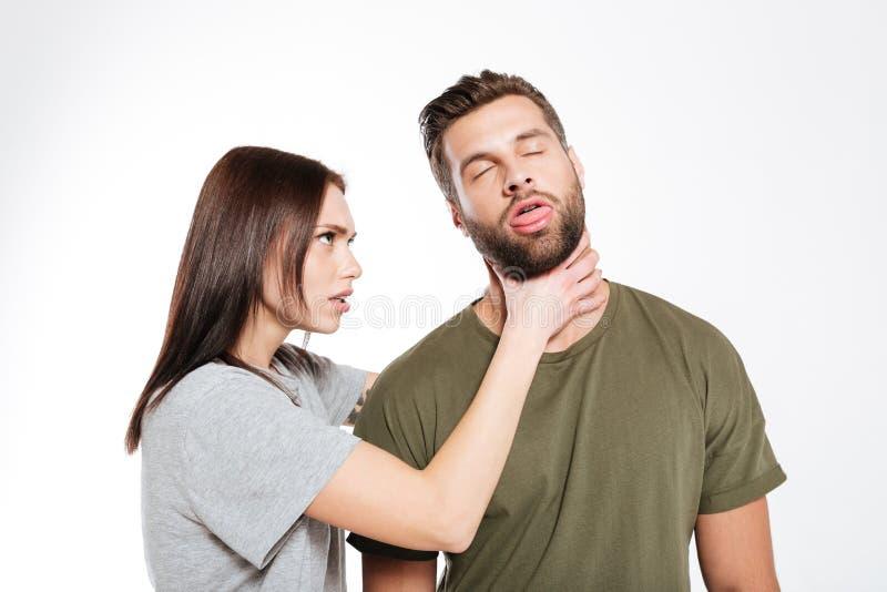 Obrażająca młoda kochająca para przysięga odosobnionego zdjęcia stock