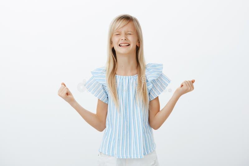 Obrażająca mała dziewczynka zaskamla i płacze, być niepodporządkowany Nierada wzburzona młoda córka z blondynem, zaciska zdjęcia royalty free