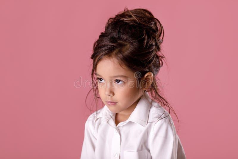 Obrażająca smutna zanudzająca mała dziewczynka w białej koszula obraz stock