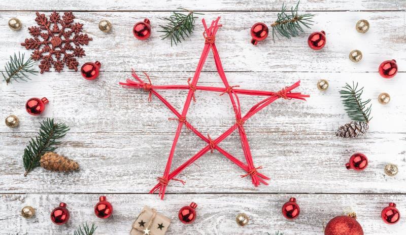 Obramia na bożego narodzenia tle stary drewno Xmas rzeczy Gwiazda w środku Odgórny widok Horizontally Xmas karta zdjęcia royalty free